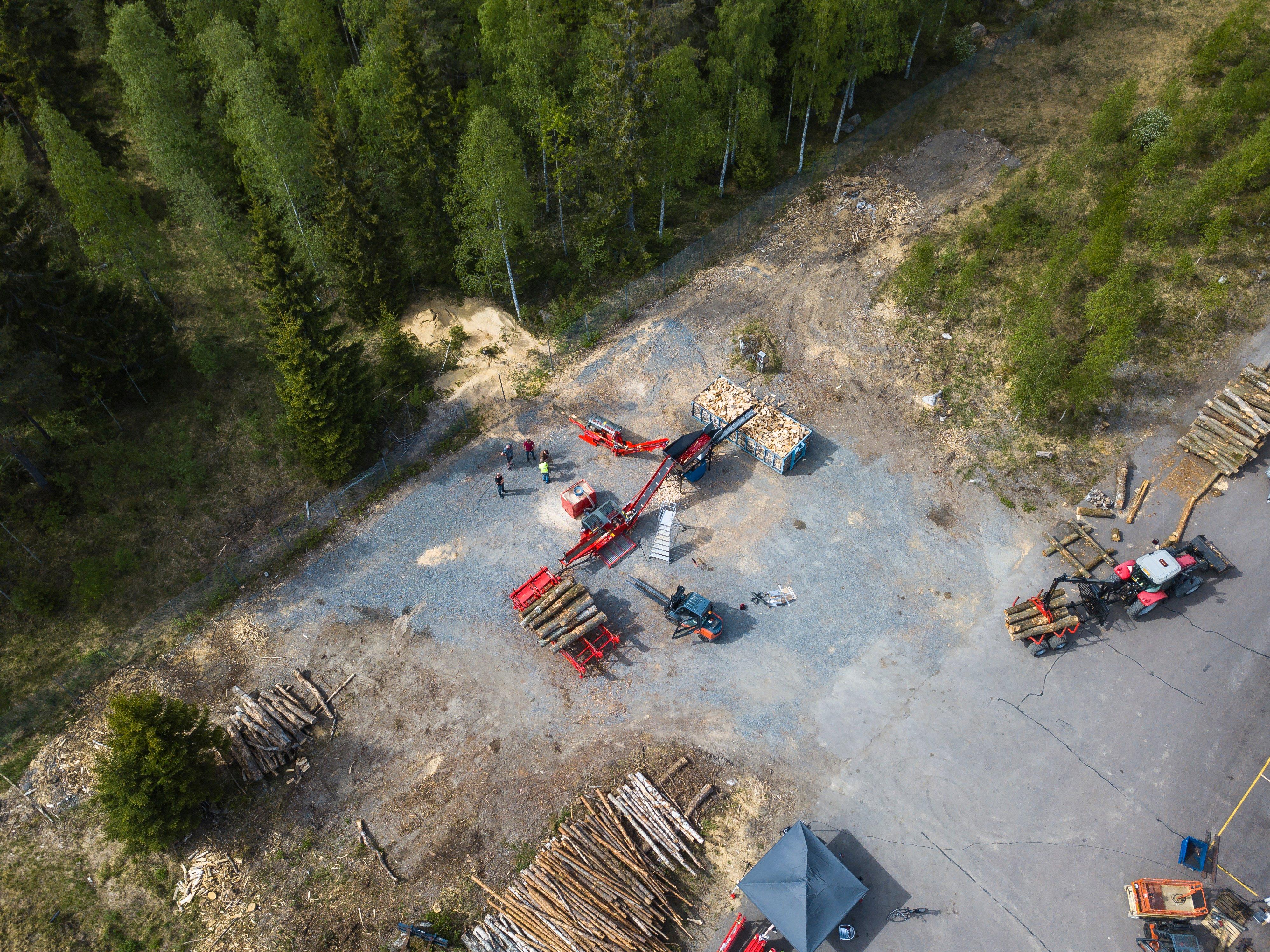 Klapi operaatio: tukkipöytä, klapikone ja polttopuun puhdistin ylhäältä kuvattuna.
