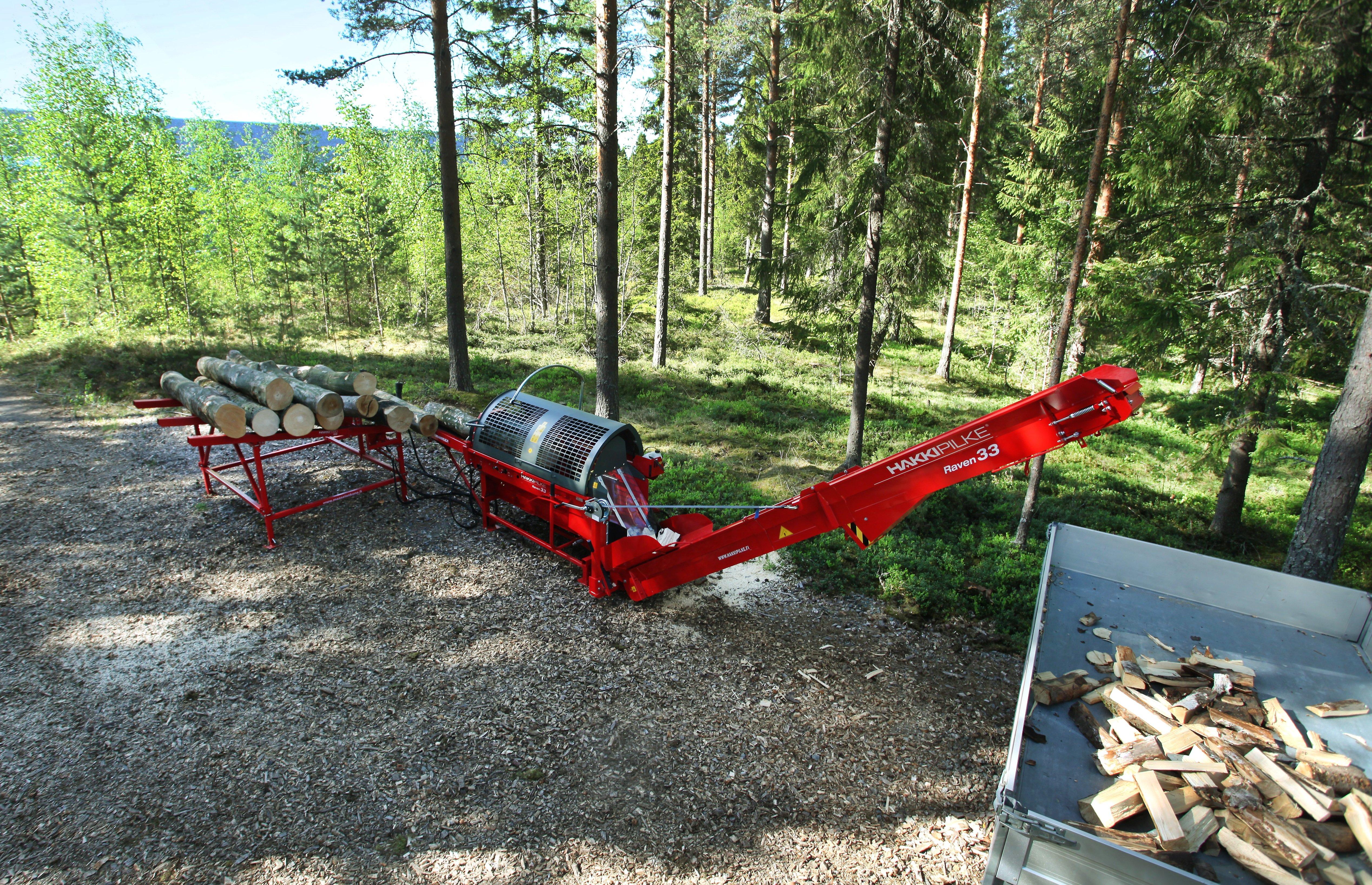 Hakki Pilke Raven 33 valmiina käyttöön metsän laidalla.